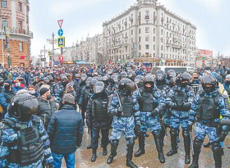 EU Weighs Response to Navalny Arrest, Protest Crackdown